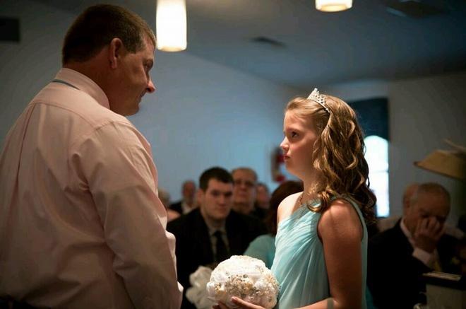 Trong hôn lễ, chú rể bảo cô dâu nhường chỗ cho một người, cô nghẹn ngào đứng sang một bên - Ảnh 3.