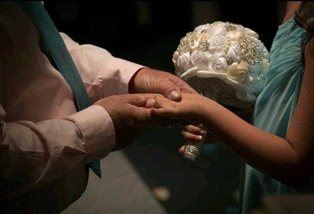 Trong hôn lễ, chú rể bảo cô dâu nhường chỗ cho một người, cô nghẹn ngào đứng sang một bên - Ảnh 4.