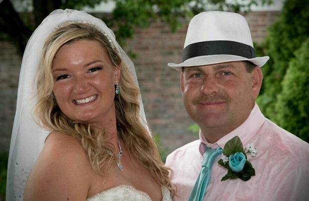 Trong hôn lễ, chú rể bảo cô dâu nhường chỗ cho một người, cô nghẹn ngào đứng sang một bên - Ảnh 8.