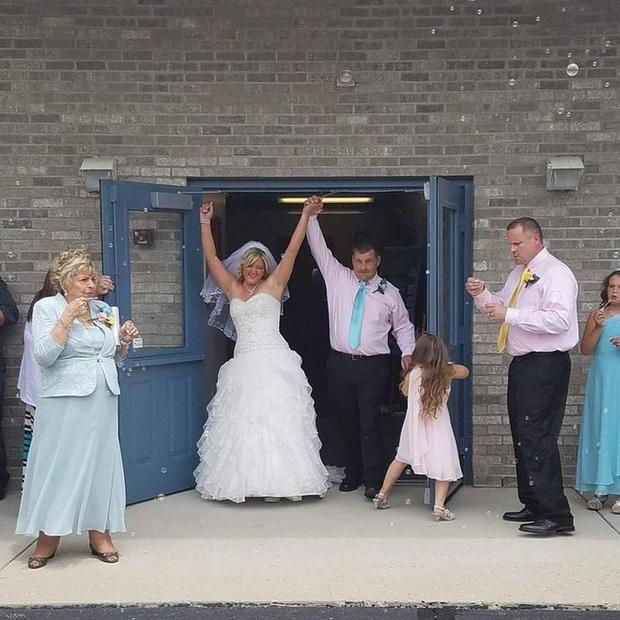 Trong hôn lễ, chú rể bảo cô dâu nhường chỗ cho một người, cô nghẹn ngào đứng sang một bên - Ảnh 9.