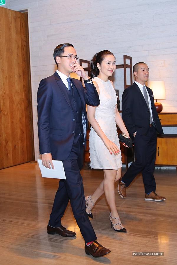Vợ chồng Tăng Thanh Hà tươi cười khi gặp người quen ở sự kiện.