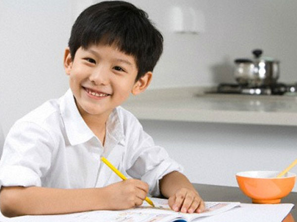 Ứng xử thông minh của cậu bé lớp một sau lần bị cô giáo tát