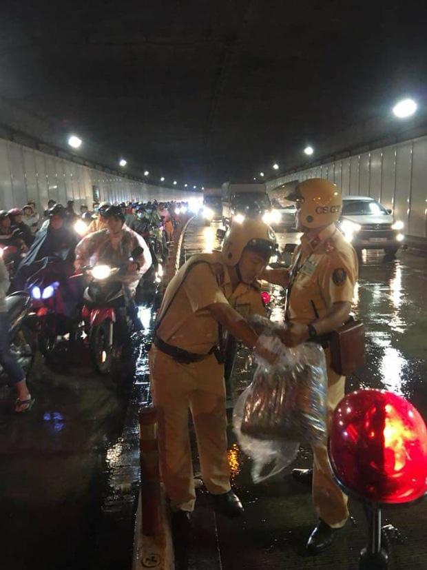 2 chiến sĩ CSGT phát áo mưa cho người Sài Gòn và bác tài xe rác tặng áo mưa cho anh công an: Vòng tròn của những điều tử tế - Ảnh 2.