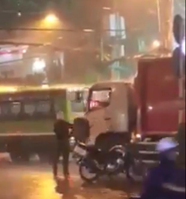 2 chiến sĩ CSGT phát áo mưa cho người Sài Gòn và bác tài xe rác tặng áo mưa cho anh công an: Vòng tròn của những điều tử tế - Ảnh 3.