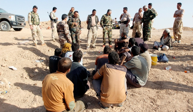 Bị thủ lĩnh bỏ đói, quỵt lương, hàng trăm lính IS vứt súng, đầu hàng vô điều kiện - Ảnh 1.