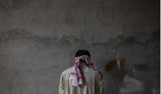Bị thủ lĩnh bỏ đói, quỵt lương, hàng trăm lính IS vứt súng, đầu hàng vô điều kiện - Ảnh 2.