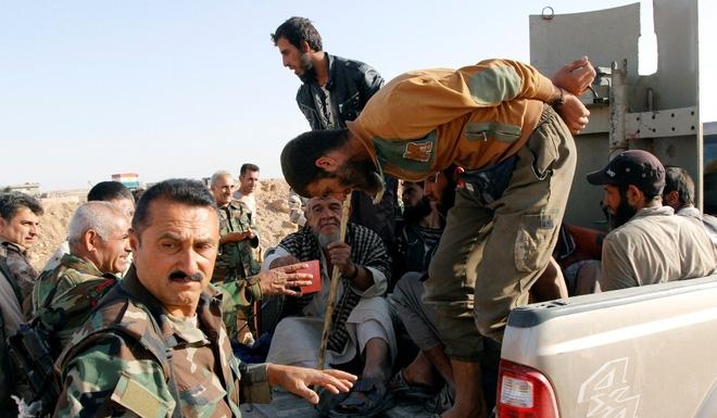 Bị thủ lĩnh bỏ đói, quỵt lương, hàng trăm lính IS vứt súng, đầu hàng vô điều kiện - Ảnh 3.