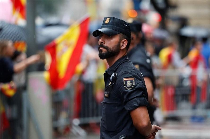 Một cảnh sát Tây Ban Nha đứng trước cuộc biểu tình đòi Catalonia độc lập.