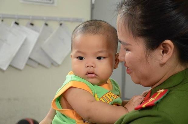 Người đàn ông tự nhận bố cháu bé bị bỏ rơi ở nhà nghỉ xuống Hà Nội xin đón con về nhà - Ảnh 2.