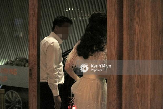 Sau đám cưới cổ tích, Đặng Thu Thảo cùng ông xã Trung Tín tay trong tay đi chơi với bạn bè - Ảnh 1.