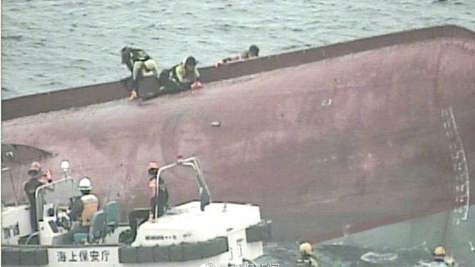 Tàu Trung Quốc bị lật úp sau khi đâm tàu chở dầu Hồng Kông /// Ảnh từ mạng xã hội Weibo
