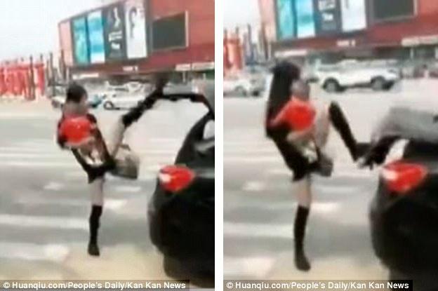 Trào lưu này hiện đang gây sốt trên mạng xã hội Trung Quốc, nó bắt đầu sau khi một phụ nữ (ảnh) chia sẻ một đoạn clip ghi lại động tác đóng cốp xe bằng chân của cô, khi cả hai tay đều bận, một tay bế con, một tay xách túi.
