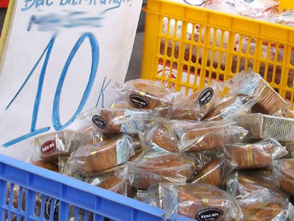 Hà Nội: Hết Rằm bánh Trung thu siêu rẻ lên ngôi, dân bán đổ đống trong sọt vẫn hút khách