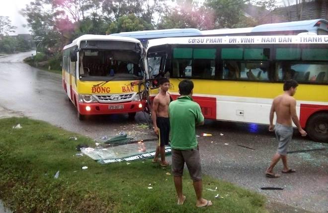 2 xe buýt cùng hãng đối đầu nhau kinh hoàng, tài xế mắc kẹt trong cabin - Ảnh 1.