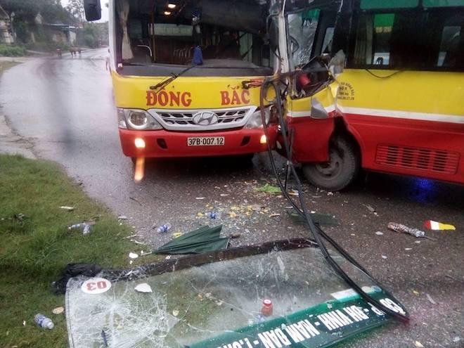 2 xe buýt cùng hãng đối đầu nhau kinh hoàng, tài xế mắc kẹt trong cabin - Ảnh 2.