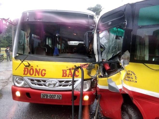 2 xe buýt cùng hãng đối đầu nhau kinh hoàng, tài xế mắc kẹt trong cabin - Ảnh 3.