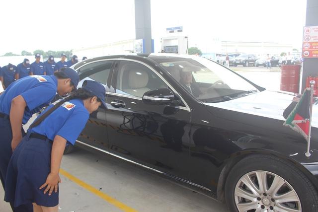 Cách phục vụ khác thường ở trạm xăng của doanh nghiệp Nhật. Ảnh: Hồng Vân