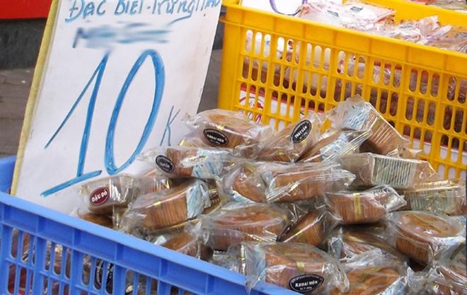 Hà Nội: Hết Rằm bánh Trung thu siêu rẻ lên ngôi, dân bán đổ đống trong sọt vẫn hút khách - Ảnh 1.