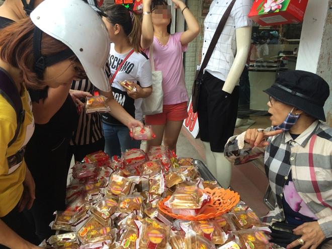 Hà Nội: Hết Rằm bánh Trung thu siêu rẻ lên ngôi, dân bán đổ đống trong sọt vẫn hút khách - Ảnh 2.