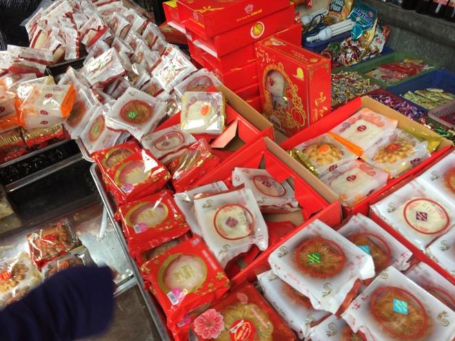 Hà Nội: Hết Rằm bánh Trung thu siêu rẻ lên ngôi, dân bán đổ đống trong sọt vẫn hút khách - Ảnh 3.