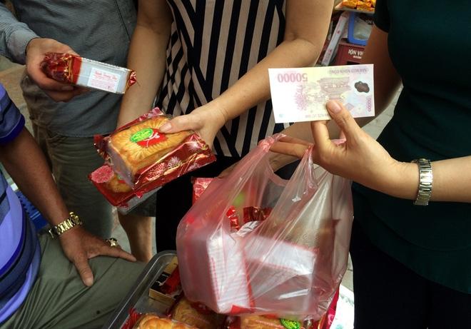 Hà Nội: Hết Rằm bánh Trung thu siêu rẻ lên ngôi, dân bán đổ đống trong sọt vẫn hút khách - Ảnh 5.