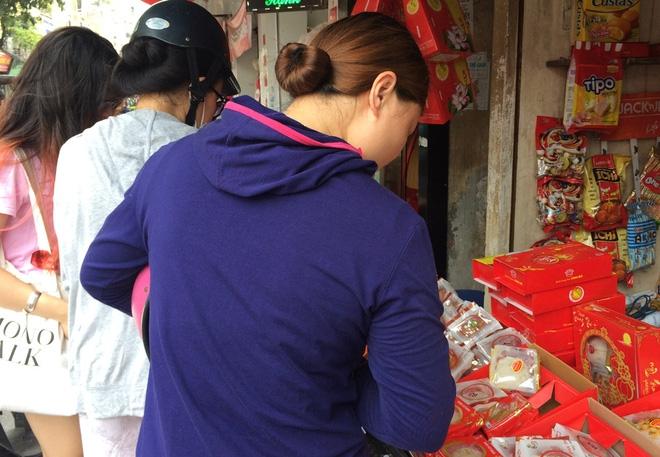 Hà Nội: Hết Rằm bánh Trung thu siêu rẻ lên ngôi, dân bán đổ đống trong sọt vẫn hút khách - Ảnh 6.