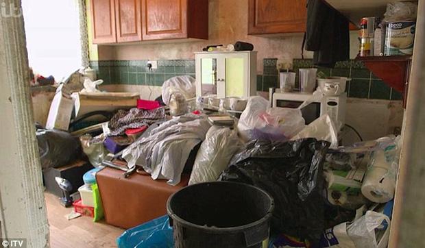 Sống hơn 30 năm cùng 7 tấn rác, ông vua rác kinh ngạc khi thấy căn phòng mình được dọn sạch sẽ - Ảnh 1.