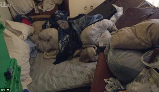 Sống hơn 30 năm cùng 7 tấn rác, ông vua rác kinh ngạc khi thấy căn phòng mình được dọn sạch sẽ - Ảnh 2.