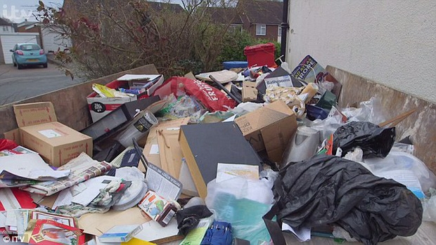 Sống hơn 30 năm cùng 7 tấn rác, ông vua rác kinh ngạc khi thấy căn phòng mình được dọn sạch sẽ - Ảnh 3.