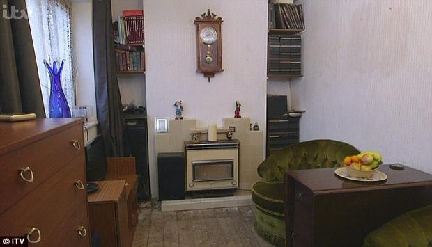 Sống hơn 30 năm cùng 7 tấn rác, ông vua rác kinh ngạc khi thấy căn phòng mình được dọn sạch sẽ - Ảnh 4.