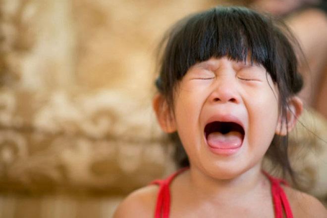 Bố mẹ nghĩ là bình thường nhưng 4 việc này có thể khiến con buồn bã khóc thầm trong đêm - Ảnh 1.