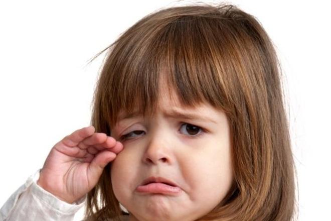 Bố mẹ nghĩ là bình thường nhưng 4 việc này có thể khiến con buồn bã khóc thầm trong đêm - Ảnh 2.