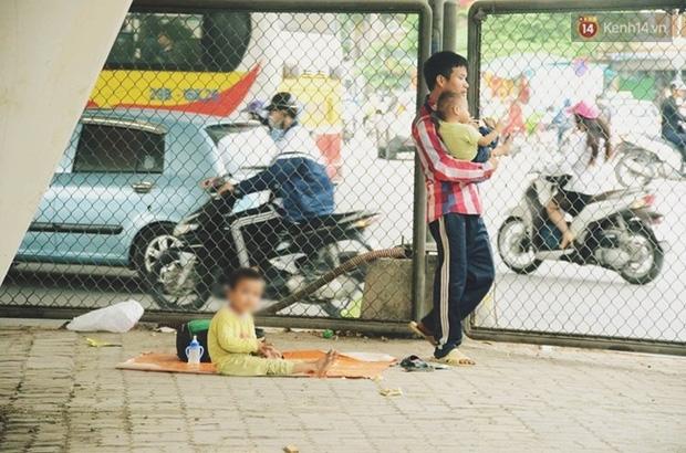 Gặp người bố đưa 2 con trai đi ăn xin ở Hà Nội vì bị vợ bỏ khiến nhiều người xót xa - Ảnh 4.