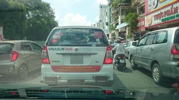 Hàng loạt taxi ở Sài Gòn dán decal phản đối Uber và Grab, Đại diện Vinasun nói: Tài xế tự phát, nhưng khẩu hiệu không - Ảnh 1.