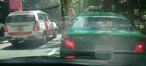 Hàng loạt taxi ở Sài Gòn dán decal phản đối Uber và Grab, Đại diện Vinasun nói: Tài xế tự phát, nhưng khẩu hiệu không - Ảnh 2.