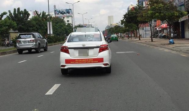 Hàng loạt taxi ở Sài Gòn dán decal phản đối Uber và Grab, Đại diện Vinasun nói: Tài xế tự phát, nhưng khẩu hiệu không - Ảnh 4.
