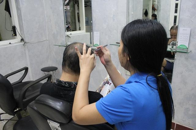 Giá của mỗi giờ nhổ tóc bạc dao động từ 90 – 100.000 đồng. Ảnh: Hà Trang