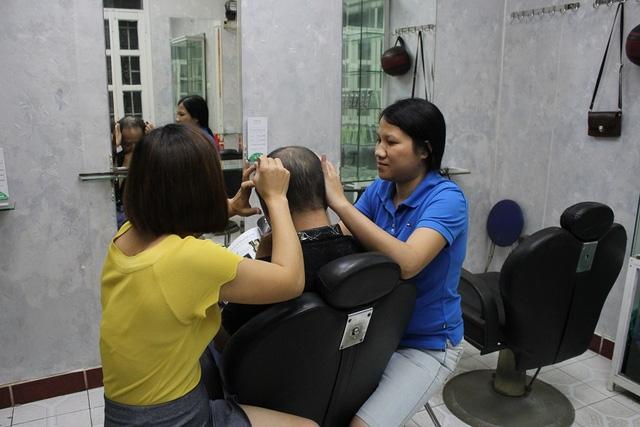 Thời gian nhổ tóc tùy từng đầu, người nhanh thì chỉ khoảng 30 phút là hết tóc bạc nhưng cũng có người mất cả 3 – 4 tiếng mới xong. Ảnh: Hà Trang