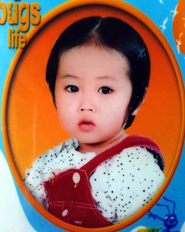Mẹ bất ngờ bỏ con gái hơn 1 tuổi đi biền biệt, bảo mẫu trở thành mẹ nuôi cưu mang bé suốt 12 năm trời - Ảnh 1.