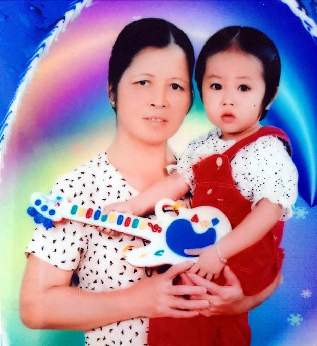 Mẹ bất ngờ bỏ con gái hơn 1 tuổi đi biền biệt, bảo mẫu trở thành mẹ nuôi cưu mang bé suốt 12 năm trời - Ảnh 2.