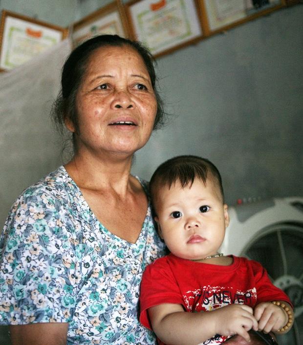 Mẹ bất ngờ bỏ con gái hơn 1 tuổi đi biền biệt, bảo mẫu trở thành mẹ nuôi cưu mang bé suốt 12 năm trời - Ảnh 6.