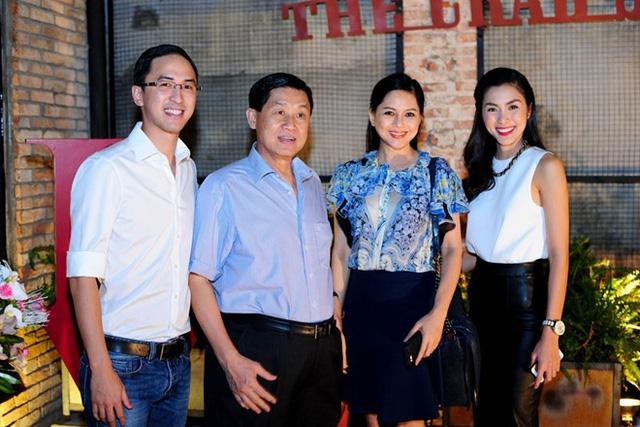 Cựu diễn viên Thủy Tiên và chồng, ông Johnathan Nguyễn Hạnh cùng con trai và con dâu Tăng Thăng Hà