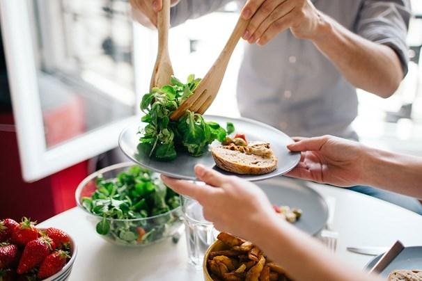 Nếu chưa biết làm sao để bắt đầu một chế độ ăn uống lành mạnh thì bạn đừng ngại ngần áp dụng 4 cách này - Ảnh 1.