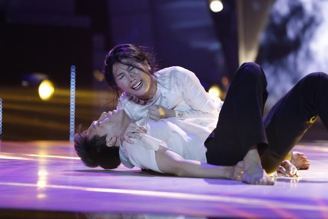 Ôm chồng gào khóc nức nở, mẹ một con Thanh Huyền làm Trấn Thành bật khóc - Ảnh 4.