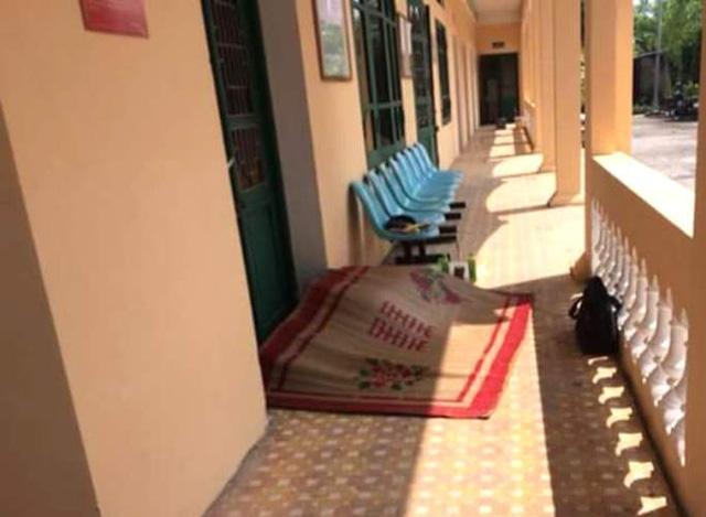 Nạn nhân nằm tử vong tại hành lang nhà ga khu C. Ảnh: (Bạn đọc cung cấp)