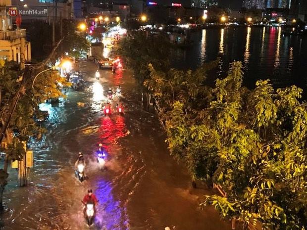 Triều cường ở Sài Gòn đạt đỉnh 1.64m, người dân vật lộn trong biển nước - Ảnh 1.