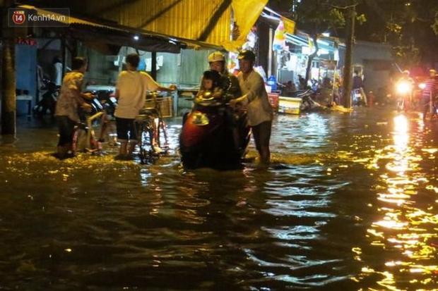 Triều cường ở Sài Gòn đạt đỉnh 1.64m, người dân vật lộn trong biển nước - Ảnh 4.