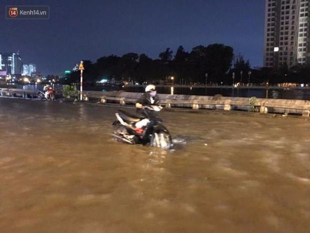 Triều cường ở Sài Gòn đạt đỉnh 1.64m, người dân vật lộn trong biển nước - Ảnh 5.