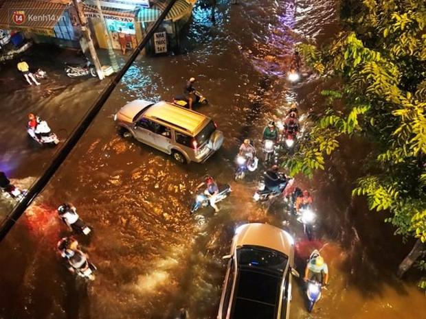 Triều cường ở Sài Gòn đạt đỉnh 1.64m, người dân vật lộn trong biển nước - Ảnh 6.