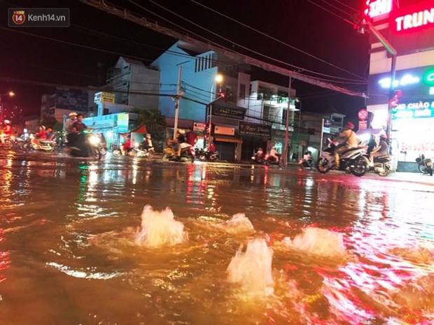 Triều cường ở Sài Gòn đạt đỉnh 1.64m, người dân vật lộn trong biển nước - Ảnh 7.